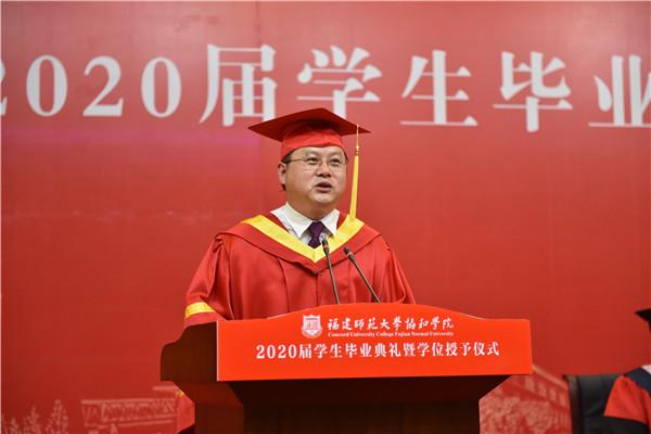 院长张华荣教授喊出3245名毕业生名字 通讯员杨竞雯摄.jpg