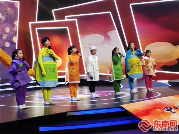 同学们表演《新冠病毒覆灭记》东南网记者张立庆摄.jpg