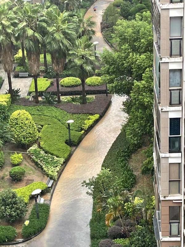 排污管被破坏 小区道路成河_gaitubao_600x800.jpg