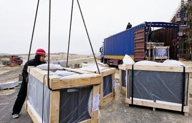 1号电子卡口北侧安全岛上,工人正在浇筑水泥.