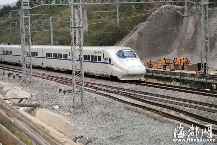 惠安站现场工人称,新铺轨道与主道交接的道岔处,动车通过时