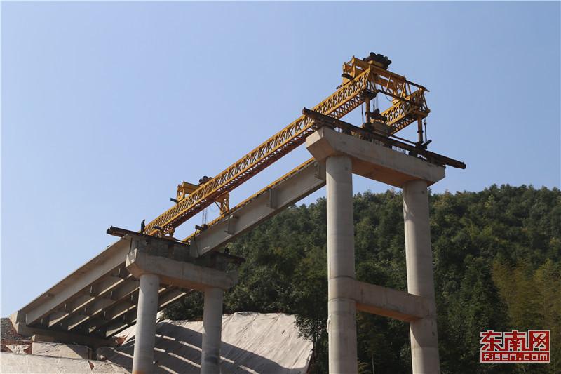 架桥机将桥梁吊装上桥墩.