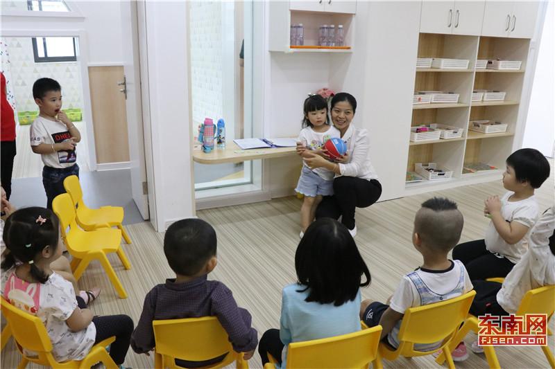幼儿园内老师给孩子们上课 (2).jpg